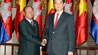 Prime Minister Nguyen Tan Dung (R) receives Heng Samrin, president of the Cambodian National Assembly, in Hanoi on August 18. Photo credit: VNA