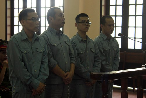 Four Chinese men stand trial for using fake credit cards to withdraw money from Vietnamese banks on August 25 in Hai Phong City. Photo: Ngoc Khanh