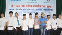 Thanh Nien gives scholarships to children of Quang Tri fishermen