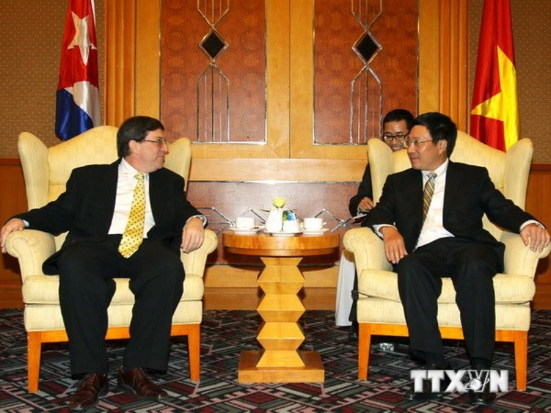 Foreign Minister Phạm Binh Minh (R) talks with his Cuban counterpart Bruno Rodriguez Parrilla, during his visit to Vietnam in July 2012. Photo: Vietnam News Agency