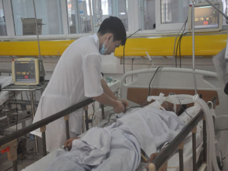 One of the 12 victims, who fell unconscious in a karaoke parlor in Quang Ninh Province on Sunday night, is being treated at a local hospital. Photo: Thuy Hang