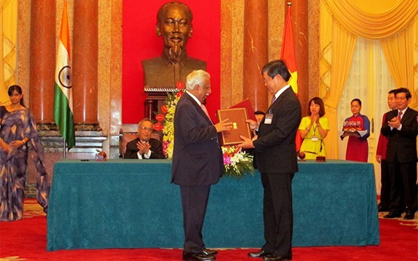 Pham Ngoc Minh (R), Chief Executive Officer of Vietnam Airlines, and Naresh Goyal, Chairman of India's Jet Airways, exchange documents of an agreement to open direct flights between the two countries this November.