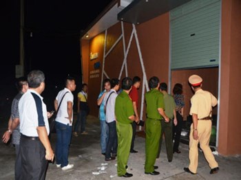 Police search the Queen Club karaoke parlor in Quang Ninh Province on September 8, 2014. Photo: Thuy Hang