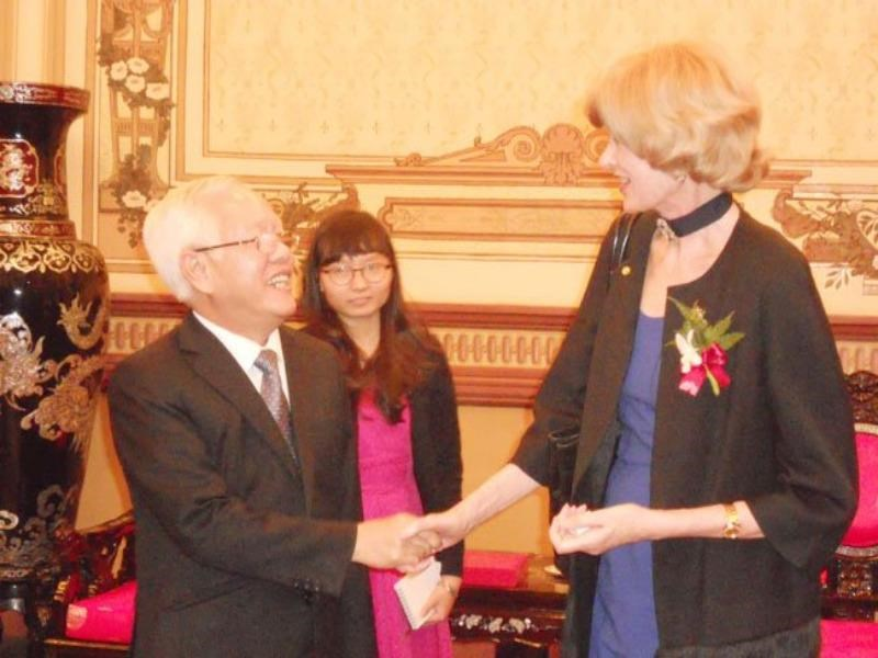 Alderman Fiona Woolf (R), the Lord Mayor of London, shakes hands with Ho Chi Minh City's mayor, Le Hoang Quan at a meeting on October 6, 2014