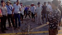 Workers block the Noi Bai-Lao Cai Highway in Lao Cai Province on October 7, 2014. Photo: Khanh Van