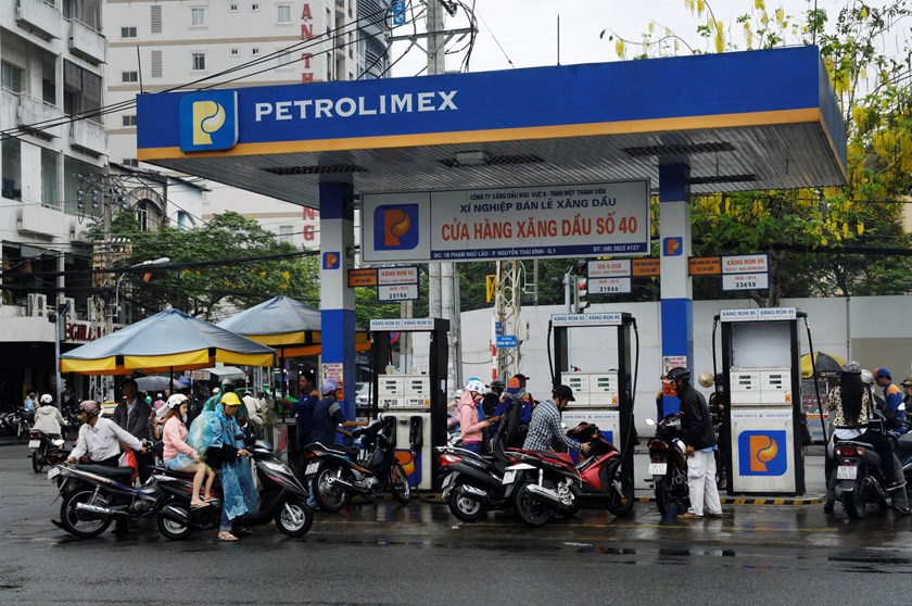 Motorists refuel at a Vietnam National Petroleum Corp. (Petrolimex) gas station in Ho Chi Minh City. Photo credit: Bloomberg