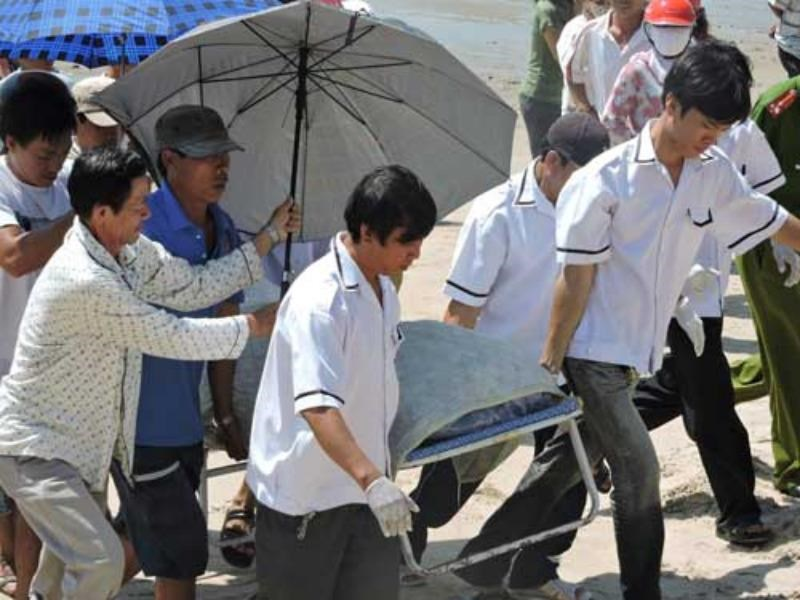 Rescuers carry the body of Captain Nguyen Van Thuong ashore on October 14, 2014. Photo: Nguyen Long