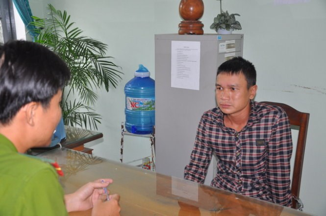 Dinh Cong Duc, 31, at a police station in Hoi An Town on Wednesday. Photo credit: Tuoi Tre