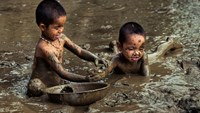 Photos of ethnic kids catching snails in mud pond go viral