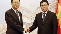 Chinese State Councilor Yang Jiechi (L) shakes hands with Vietnam's Foreign Minister Pham Binh Minh (R) at the government's guesthouse in Hanoi on June 18, 2014. Photo credit: AFP