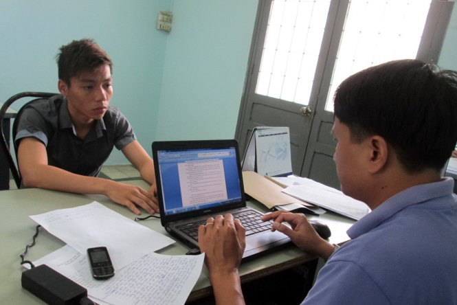 Vu Van Kien (L) at a police station in Ba Ria-Vung Tau Province on Monday. Photo credit: Tuoi Tre
