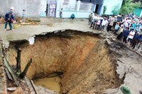 Huge sinkhole caused by karst terrain: Thanh Hoa authorities