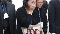 Vietnamese family, friends mourn as remains of MH17 victims arrive home