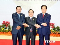 Prime Minister Nguyen Tan Dung (R) and his Cambodian and Lao counterparts Samdech Hun Sen (L) and Thongsing Thammavong at the 8th Cambodia-Laos-Vietnam (CLV) Development Triangle Summit in Vientiane, Laos, on November 25,2014. Photo credit:VNA