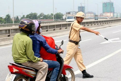 A traffic police officer stops a driver. Photo credit: VnExpress
