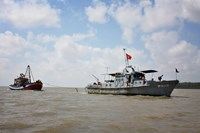 Boats of Soc Trang Province's Border Guard join the search for five sailors on a barge that sank off the coast of Bac Lieu Province on December 13. Photo credit: Nguoi Lao Dong