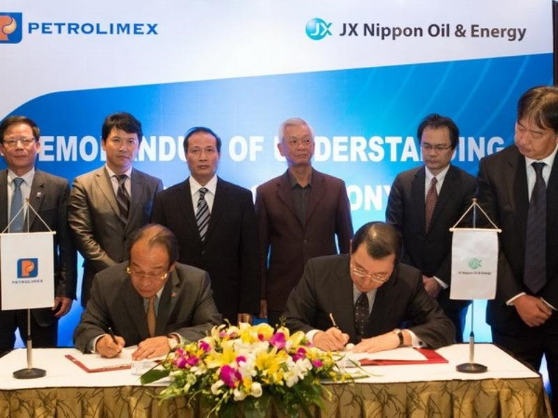 Bui Ngoc Bao (L), Petrolimex's President, and Yasushi Kimura, President of JX Nippon Oil & Energy, signed the Memorandum of Understanding last Friday. Photo credit: Vietnam News Agency