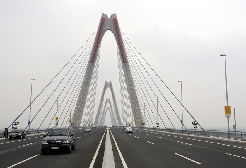The newly-inaugurated 8.8-km Nhat Tan Bridge, a cable-stayed bridge over the Hong (Red) River in Hanoi. Photo: Ngoc Thang