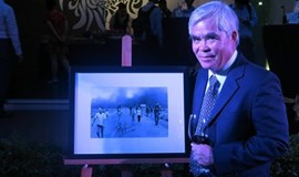 'Napalm girl' photographer Nick Ut returns to Vietnam for good cause