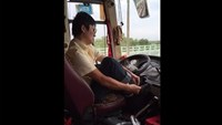 Video shows Vietnamese bus driver letting go of steering wheel to put on shoes