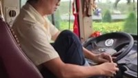 Vietnamese bus driver suspended for putting on shoes, neglecting steering wheel