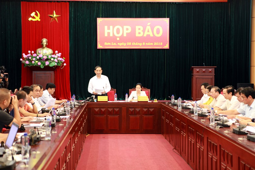 Nguyen Quoc Khanh (standing), vice chairman of Son La Province People's Committee, at a news conference on August 5, 2015. Photo: Vietnam News Agency