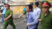 Vietnam court jails 2 for snatching tourist's bag