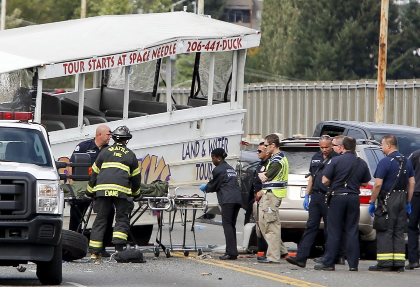 Personnel remove the bodies of victims from the scene of a crash between a Ride the Ducks vehicle and a charter bus on Aurora Bridge in Seattle, Washington September 24, 2015. Photo: Reuters/Jason Redmond
