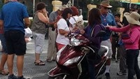 Street vendors still harassing foreign tourists in Ho Chi Minh City