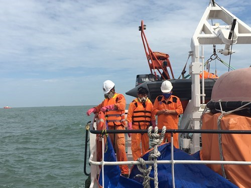 Rescuers prepare to bring the bodies ashore for identification. Photo: Nguyen Long