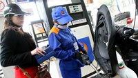 Gasoline prices drop further in Vietnam