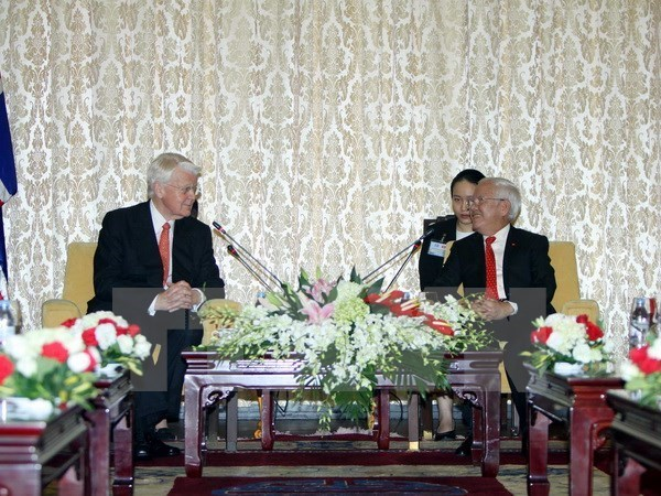 Icelandic President Olafur Ragnar Grimsson (L) talks with Ho Chi Minh City People's Committee chairman Le Hoang Quan in HCMC on November 5, 2015. Photo credit: VNA