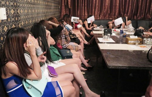 Employees at the Viva restaurant are caught serving foreign guests in karaoke rooms on Saturday night. Photo: Ngoc Tho