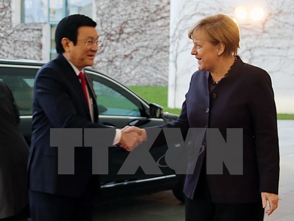 President Truong Tan Sang (L) shakes hands with German Chancellor Angela Merkel during his visit on November 25, 2015. Photo credit: VNA