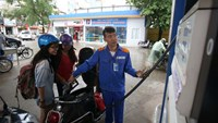Vietnamese paying less at the pump following drop in oil prices
