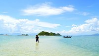 Wading across the sea in Diep Son Island