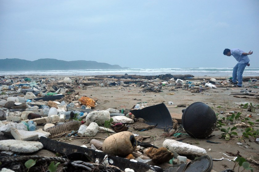 Dong Beach in Con Dao Islands is filled with all kinds of waste. Photo: Dong Ha/Tuoi Tre