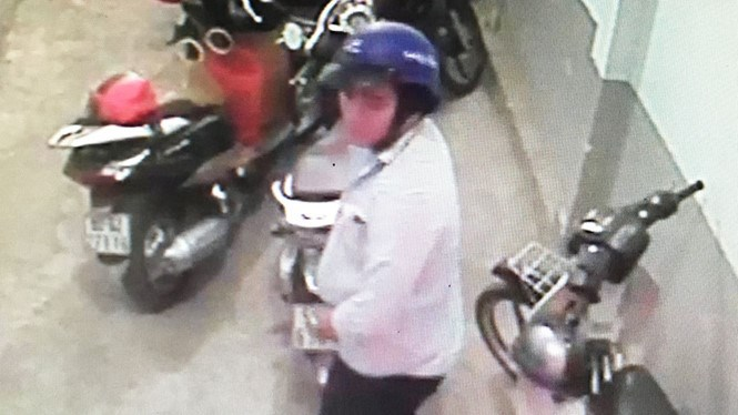 A security camera captures the scene when a man sneaks into a parking lot trying to steal a Honda SH
