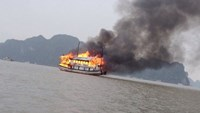 Flames quickly engulf a Ha Long Bay tour boat on December 25, 2015. Photo: Linh Linh