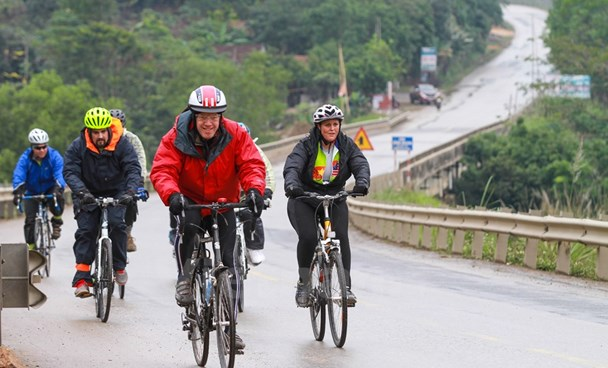 US Ambassador to Vietnam Ted Osius and his team cycle some 843 kilometers in total. Photo: Minh Son/VNA