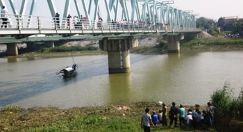 The Do Len Bridge where two women committed suicide in two days. Photo: Ha Dong/Tuoi Tre