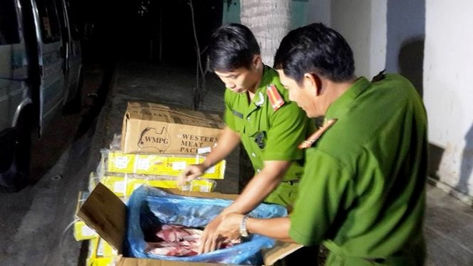 Binh Thuan police seize the buffalo meat imported from India. Photo: Nguyen Nam/Tuoi Tre