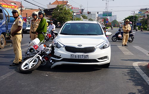 The crash scene between a police motorcycle and a car on February 20, 2016. Photo credit: VnExpress