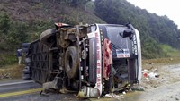 The bus that overturned on Noi Bai-Lao Cai Highway in Yen Bai Province on February 26, 2016.