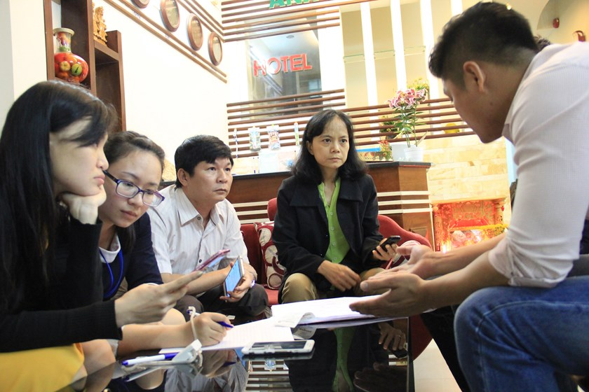 Da Nang authorities talk to a representative of Anh Nguyet Hotel on March 9, 2016. Photo credit: Tuoi Tre