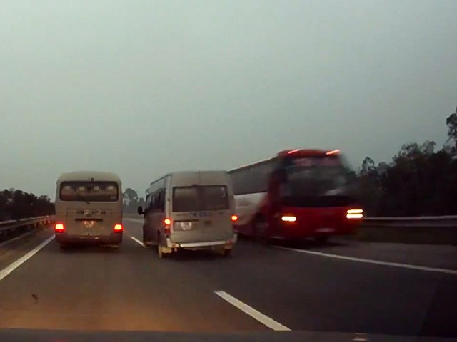 The 45-seater bus is filmed driving on the wrong side on Hanoi-Lao Cai Highway on March 6, 2016.