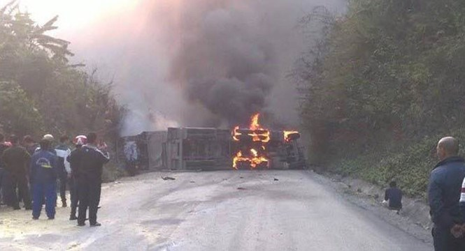 The tank truck bursts into flames after crashing into a bus on National Highway 6 in Hoa Binh Province on March 14, 2016. Photo: Chi Cong