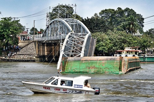 The broken spans of Ghenh Bridge after the collision with a barge on March 20, 2016. Photo: Bach Duong