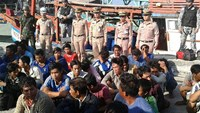 Thai naval officers guard the 38 Vietnamese crewmen held after the seizure of seven Vietnamese fishing boats off Nakhon Si Thammarat province on March 24. Photo credit: Bangkok Post