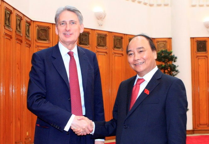 Prime Minister Nguyen Xuan Phuc (R) shakes hands with British Foreign Minister Philip Hammond in Hanoi on April 12, 2016. Photo credit: Tuoi Tre